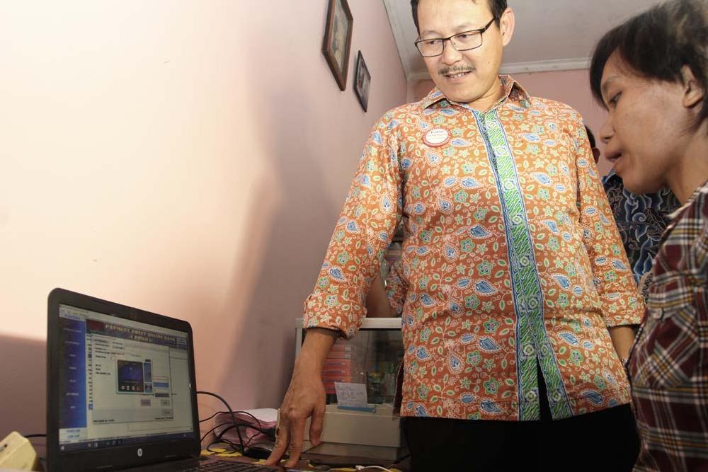 Direktur Utama BPJS Kesehatan Fachmi Idris melihat sistem pembayaran iuran BPJS Kesehatan disebut dengan Payment Point Online Bank (PPOB) di Jakarta, Jumat, (02/10).