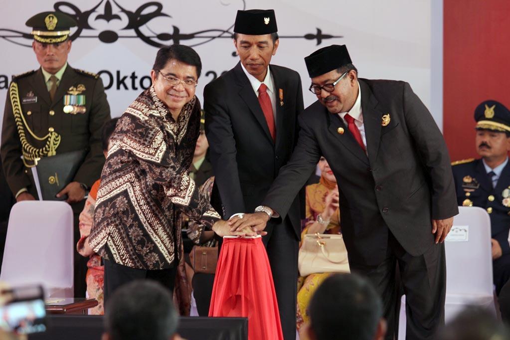Presiden Joko Widodo, Kepala BKPM, Franky Sibarani dan Gubernur Banten, Rano Karno menekan tombol tanda diluncurkannya program \