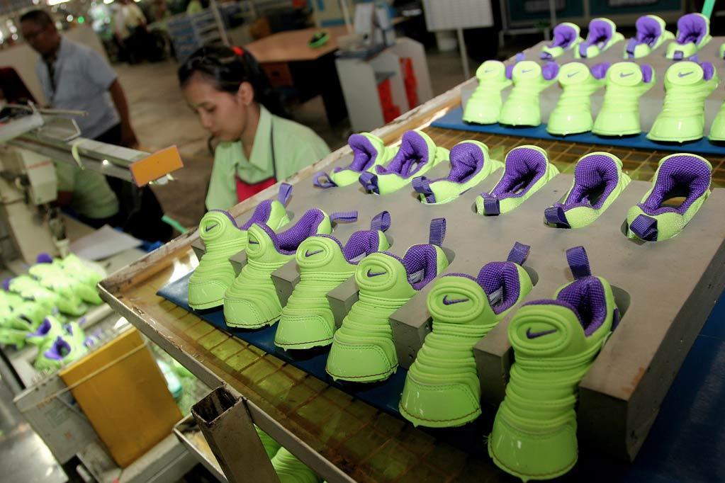 Aktifitas pekerja Pabrik Sepatu dilokasi pabrik PT Adis Dimension Footwear di Balaraja Barat, Tangerang, Provinsi Banten, Senin (5/10).