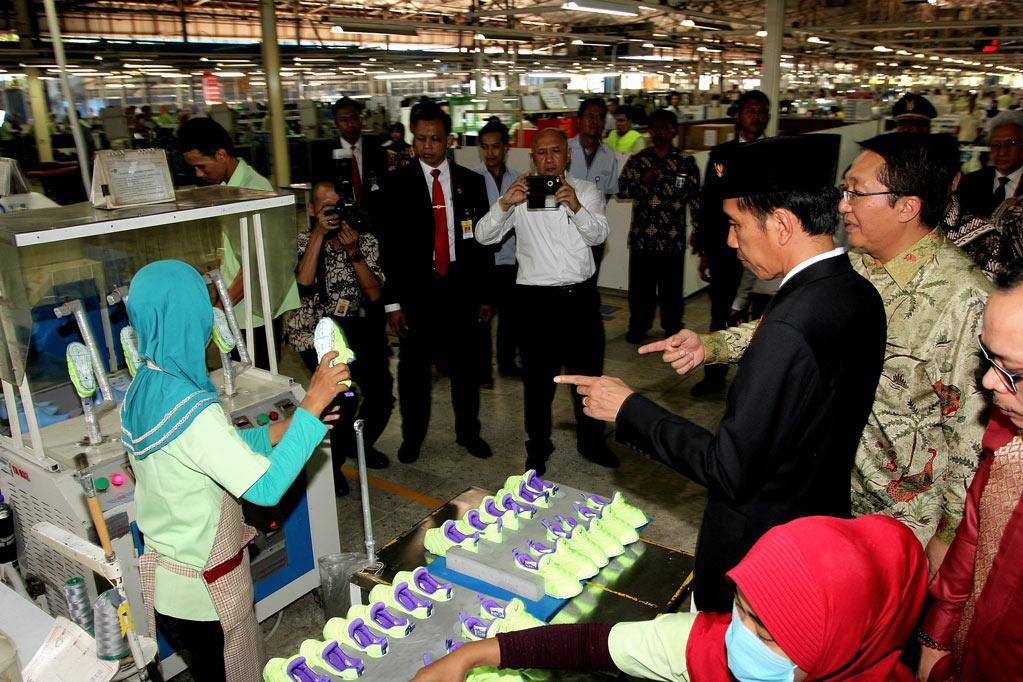 Presiden Joko Widodo, meninjau pabrik sepatu setelah peluncuran program \