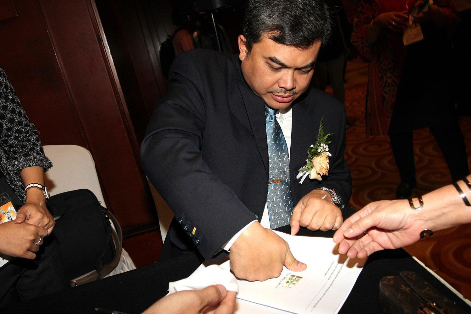 Direktur Utama, Tedy Badrujaman menandatangani berkas notariat seusai Rapat Umum Pemegang Saham Luar Biasa (RUPSLB) PT Antam yang diselenggarakan di Jakarta, Rabu, (07/10).
