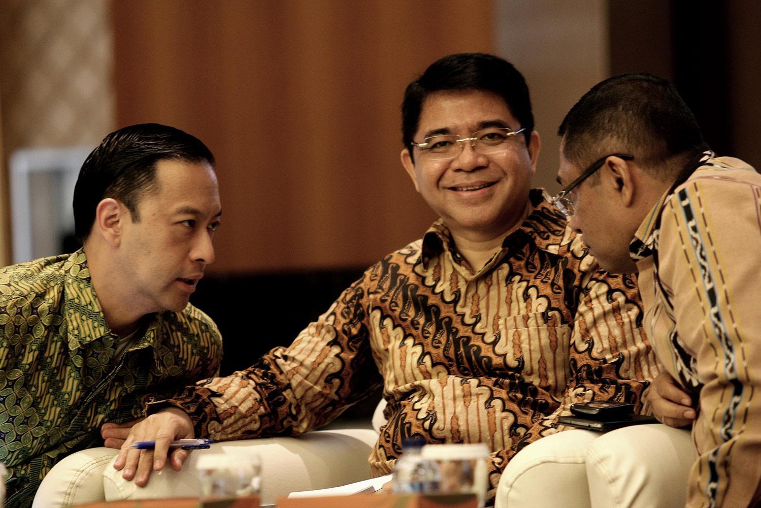 (Ki-ka) Menteri Perdagangan, Tom Lembong, Kepala BKPM, Franky Sibarani dan Menteri Perindustrian, Saleh Husin saat melakukan sosisalisasi dan tanya jawab dengan pengusaha tekstil dan sepatu soal desk investasi khusus di Jakarta, Jumat, (09/10).