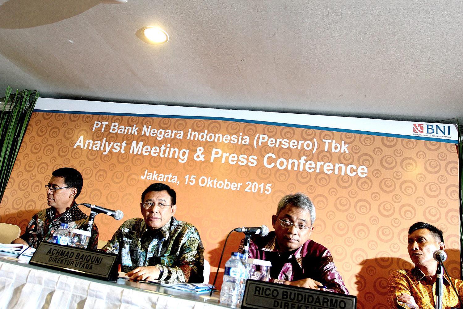 Direktur Utama Bank BNI, Ahmad Baiquni (kedua dari kiri) memaparkan Kinerja BNI Kuartal III di Jakarta, Kamis, (15/010).