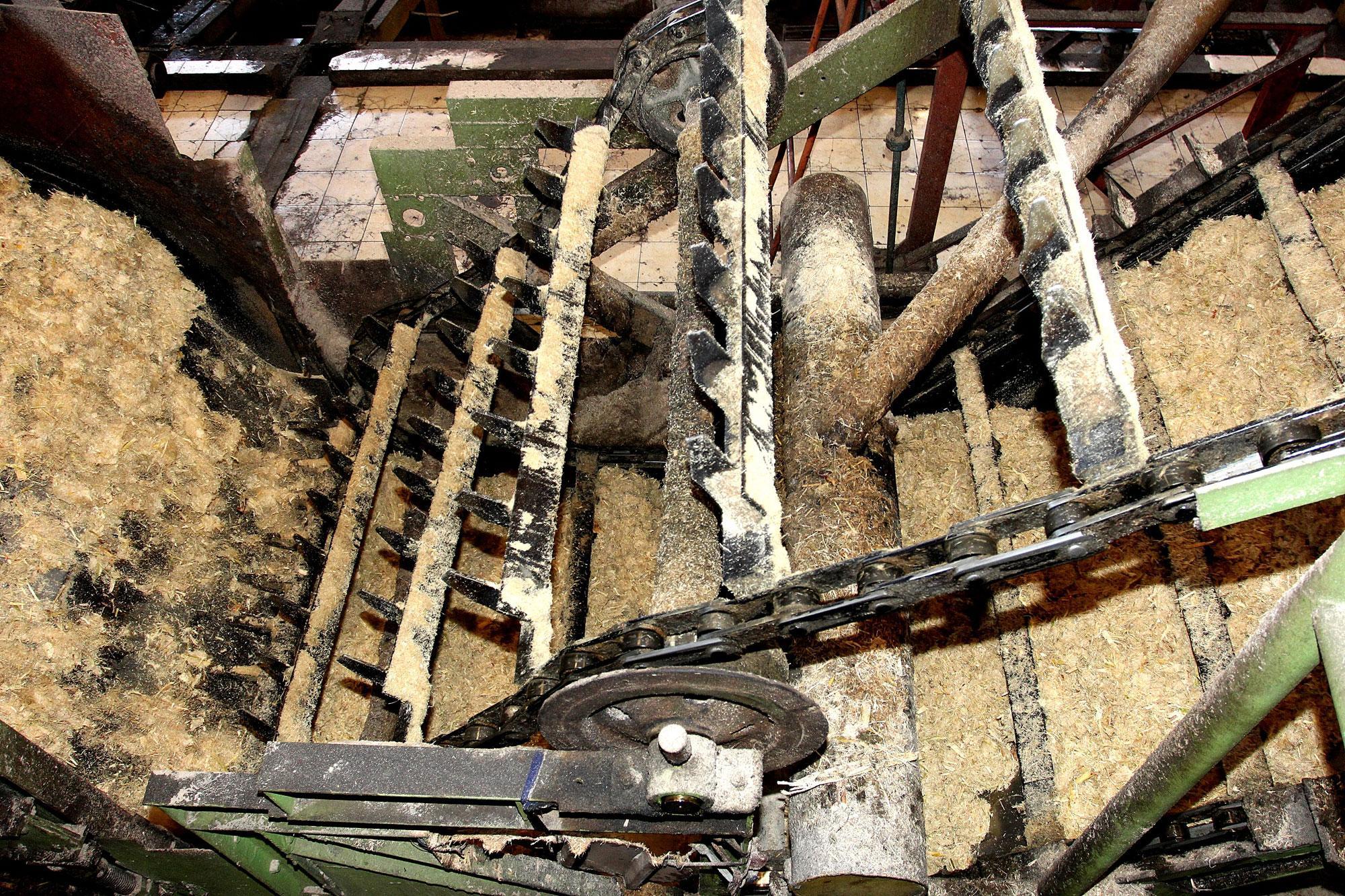 Proses penggilingan tebu di pabrik gula Sindanglaut yang berkapasitas giling 12.000 ton cane per day (TCD), di Cirebon, Jawa Barat, (16/10). Secara korporasi PG Rajawali II sampai dengan saat ini sudah memproduksi hampir sekitar 90.000 ton gula, naik 16 p