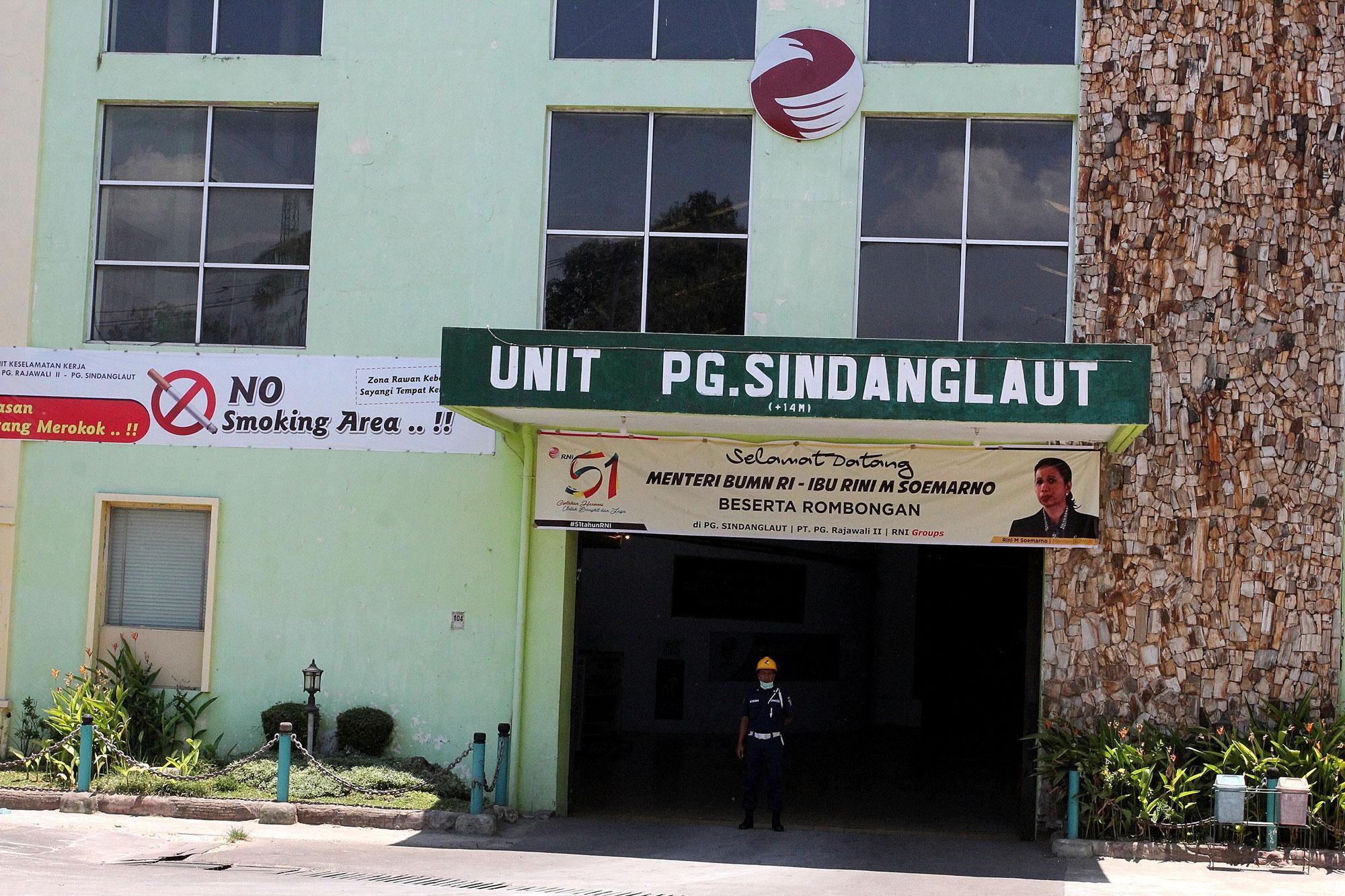 Aktifitas pekerja pabrik gula Sindanglaut berkapasitas giling 12.000 ton cane per day (TCD), di Cirebon, Jawa Barat, (16/10). Secara korporasi PG Rajawali II sampai dengan saat ini sudah memproduksi hampir sekitar 90.000 ton gula, naik 16 persen dibanding