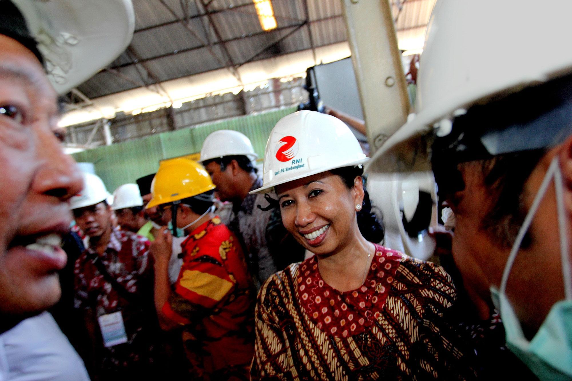 Menteri BUMN, Rini Soemarno saat mengunjungi pabrik gula Sindanglaut