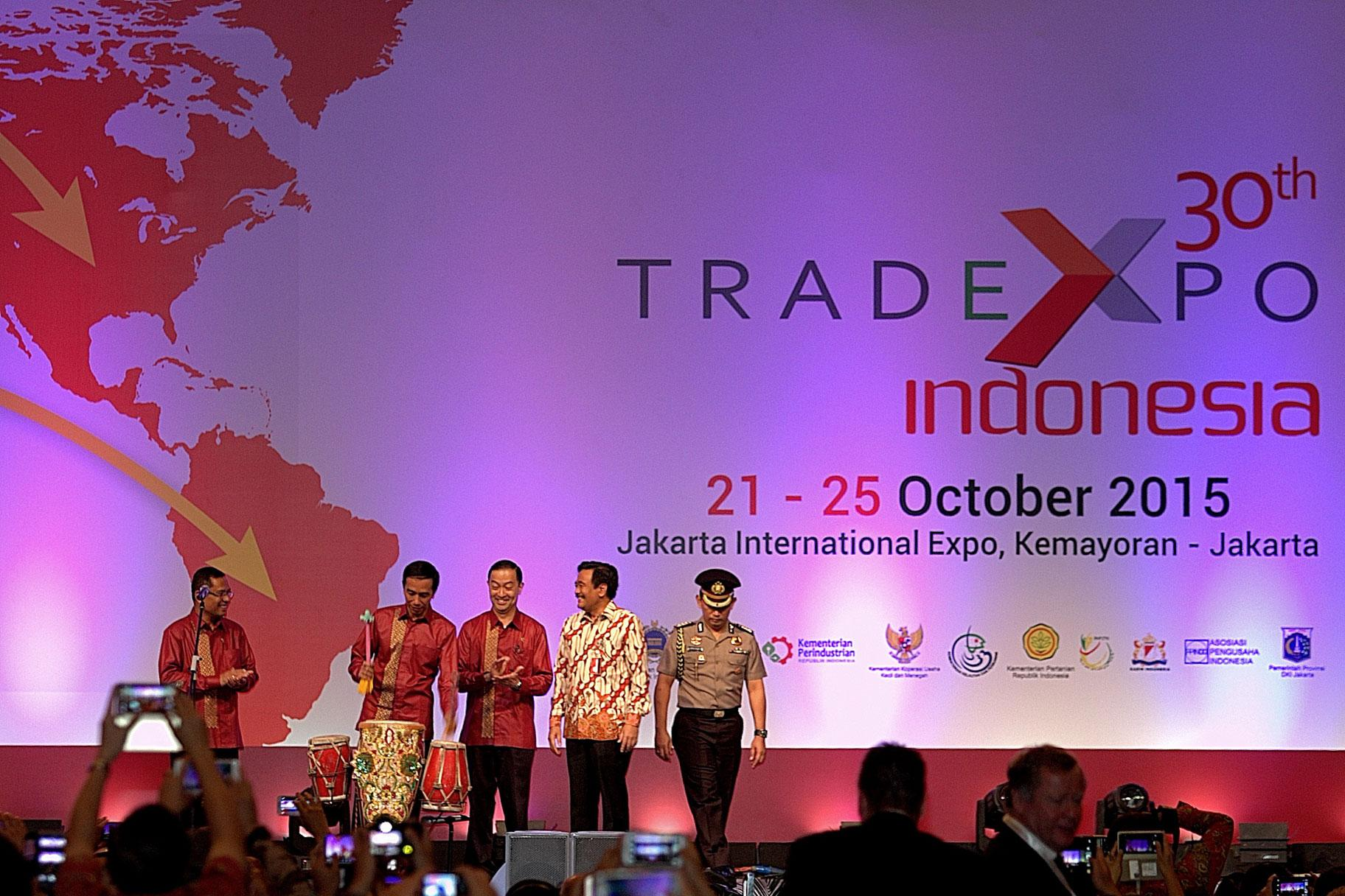 Presiden Joko Widodo (kedua kiri) didampingi Menteri Perdagangan Thomas Lembong,mMenteri Perindustrian Saleh Husin (kiri), saat sebelum pembukaan pameran Trade Expo Indonesia ke-30 Tahun 2015 di Arena Pekan Raya Jakarta, Kemayoran, Jakarta, Rabu (21/10).