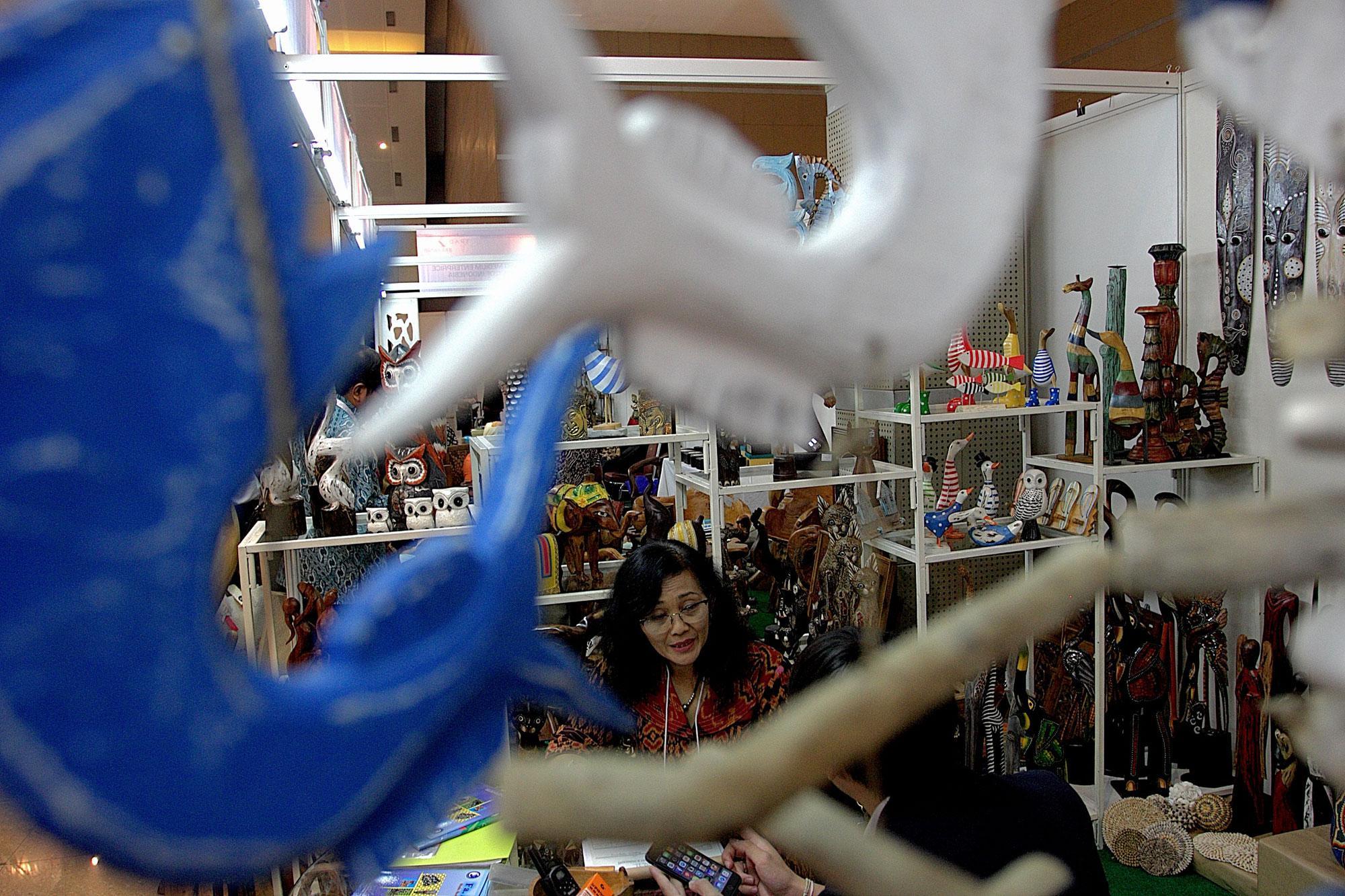 Pengunjung memperhatikan produk kain tenun di salah satu gerai peserta pameran Trade Expo Indonesia ke-30 Tahun 2015 di Arena Pekan Raya Jakarta, Kemayoran, Jakarta, Rabu (21/10). Pameran tahunan yang menampilkan berbagai produk Indonesia berkualitas eksp