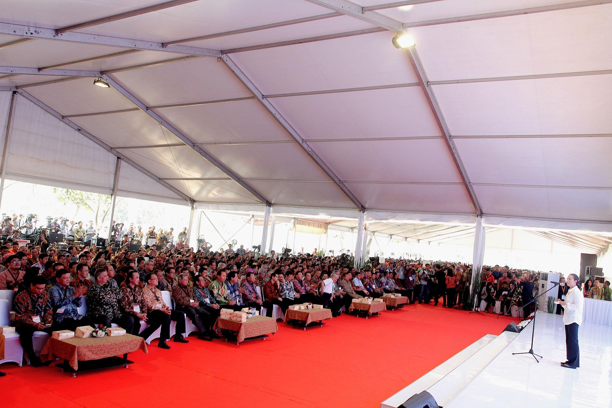 Menteri BUMN, Rini Soemarno memberikan sambutan di hadapan hampir 6000 karyawan tingkat dasar seluruh Kementerian BUMN Republik Indonesia beserta seluruh Badan Usaha Milik Negara (BUMN) di Indonesia, saat menggelar rangkaian acara \