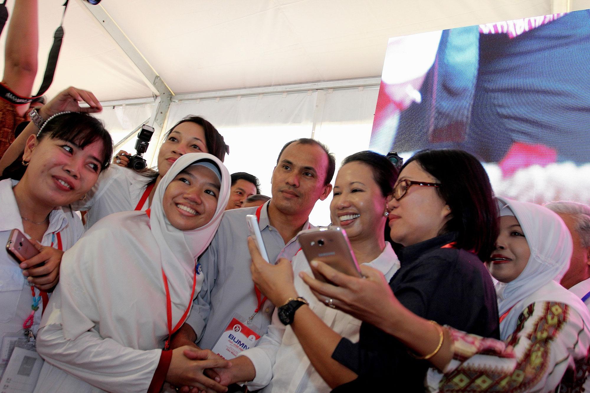 Menteri BUMN, Rini Soemarno, menyalami karyawan tingkat dasar Kementerian BUMN Republik Indonesia beserta seluruh Badan Usaha Milik Negara (BUMN) di Indonesia, saat menggelar rangkaian acara \
