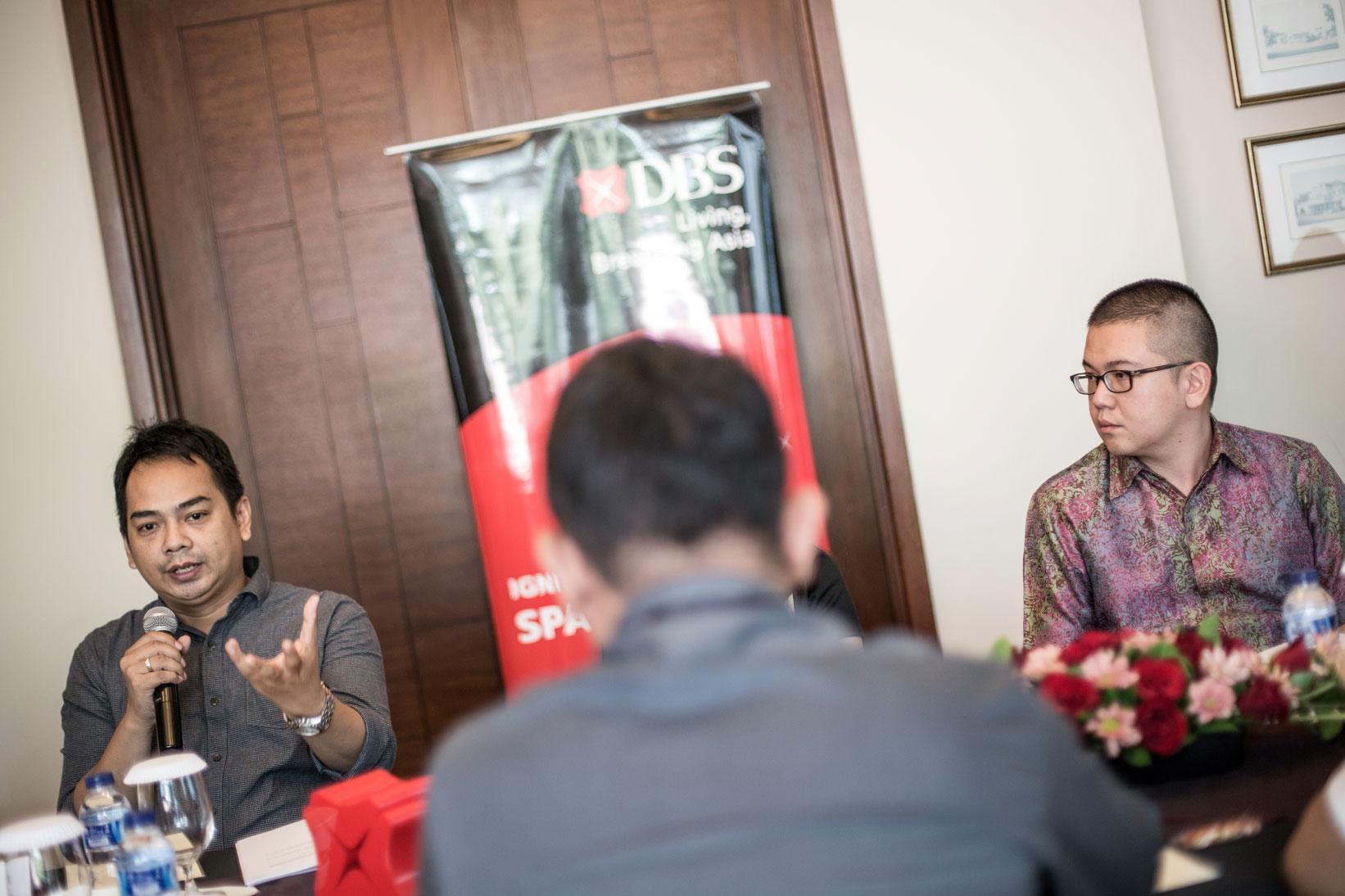 Managing Director KATADATA Ade Wahyudi (kiri) ditemani ekonom DBS Gundy Cahyadi memberikan keterangan pers mengenai kompetisi DBS Young Economist Stand Up bagi mahasiswa tingkat Sarjana (S1) kerjasama antara Bank DBS dengan Katadata di Jakarta, Selasa (27/10). Kompetisi DBS Young Economist Stand Up terbuka bagi mahasiswa seluruh Indonesia yang memiliki opini, pandangan, dan solusi tentang perekonomian Indonesia maupun Asia.