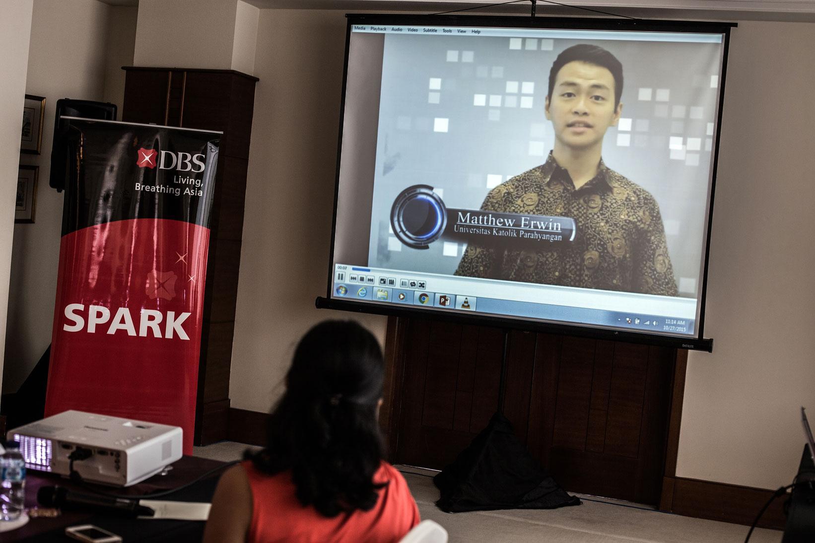Salah satu video peserta lomba kompetisi DBS Young Economist Stand Up bagi mahasiswa tingkat Sarjana (S1) kerjasama antara Bank DBS dengan Katadata di Jakarta, Selasa (27/10). Kompetisi DBS Young Economist Stand Up terbuka bagi mahasiswa seluruh Indonesia yang memiliki opini, pandangan, dan solusi tentang perekonomian Indonesia maupun Asia.