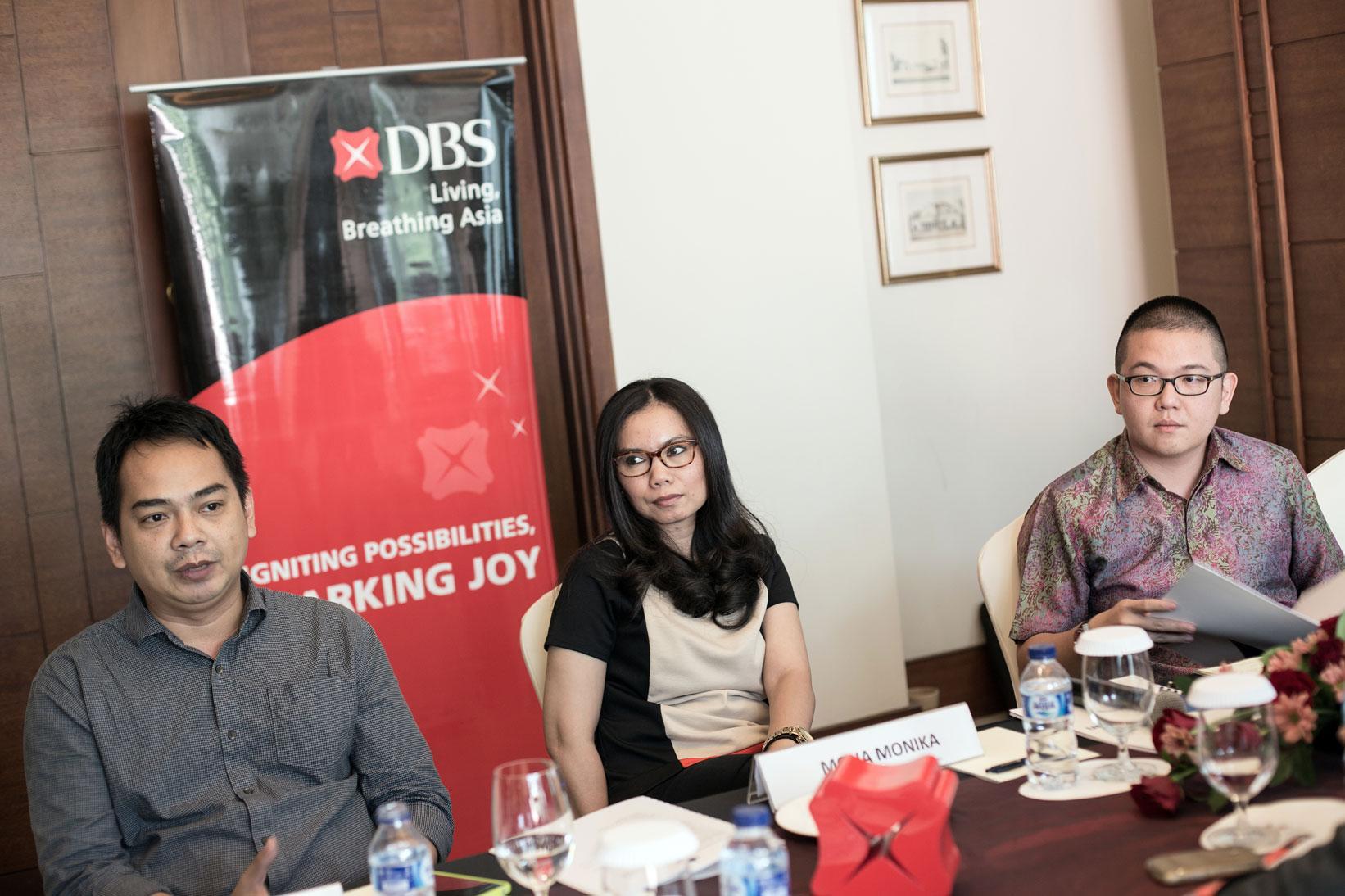 Managing Director KATADATA Ade Wahyudi (kiri), Head of Group Strategic Marketing and Communications DBS Mona Monika, serta ekonom DBS Gundy Cahyadi memberikan keterangan pers mengenai kompetisi DBS Young Economist Stand Up bagi mahasiswa tingkat Sarjana (S1) kerjasama antara Bank DBS dengan Katadata di Jakarta, Selasa (27/10). Kompetisi DBS Young Economist Stand Up terbuka bagi mahasiswa seluruh Indonesia yang memiliki opini, pandangan, dan solusi tentang perekonomian Indonesia maupun Asia.