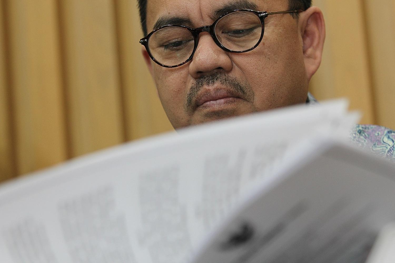 Menteri ESDM Sudirman Said, saat berbincang dalam rapat tindak lanjut Koordinasi Supervisi atas Pengelolahan Pertambangan Mineral dan Batubara Sektor Energi 2016 dan diikuti seluruh para Gubernur di kantor KPK, Jakarta, Senin (15/2).