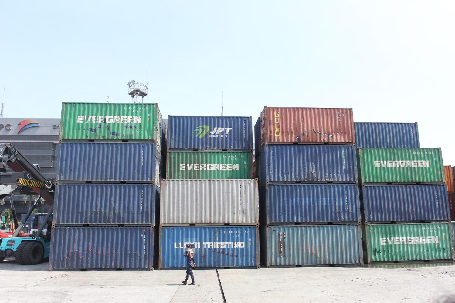 Tumpukan peti kemas di kawasan Pelabuhan Tanjung Priok, Jakarta, Kamis, (18/02).