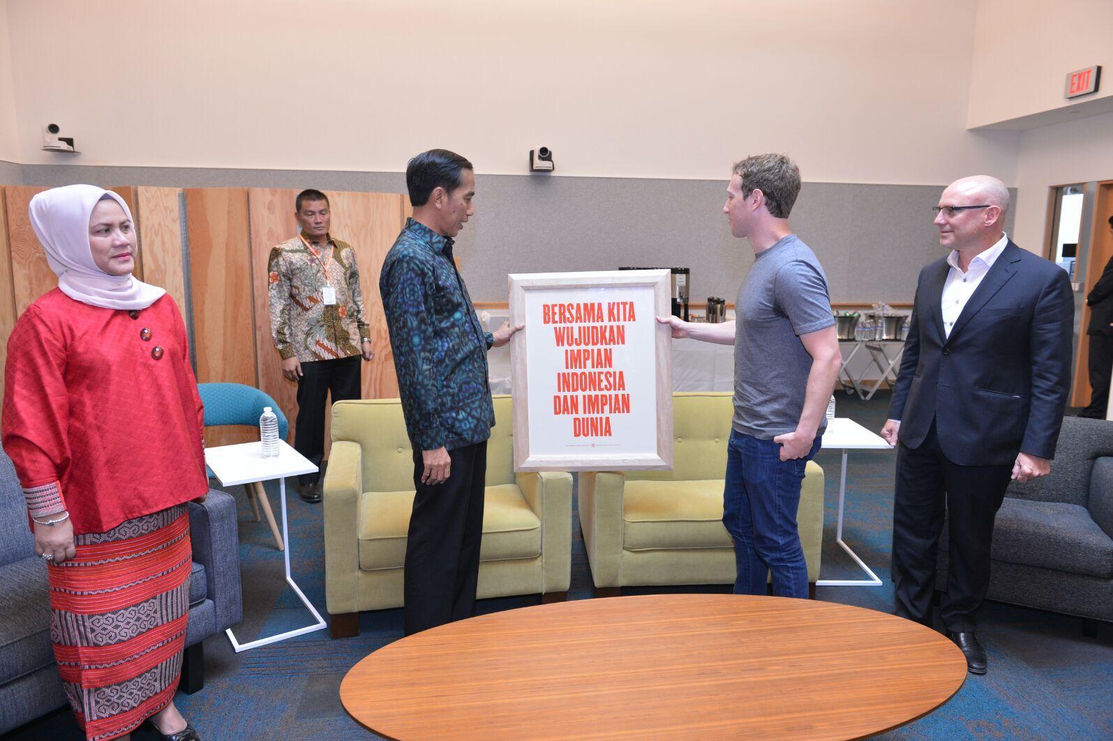 Presiden Jokowi didampingi Ibu Negara memberi bingkai pernyataan kepada Mark Zuckerberg di San Fransisco.