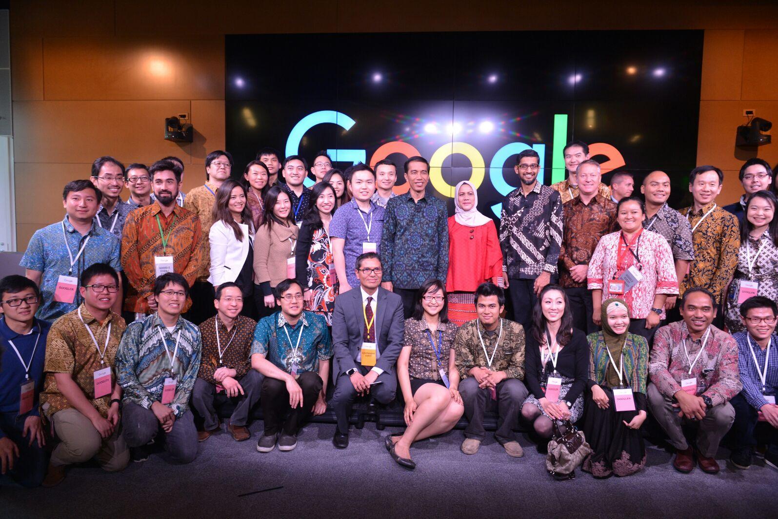 Presiden Jokowi dan Ibu Negara bersama pegawai Google asal Indonesia.