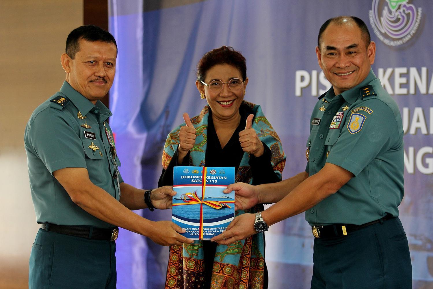Menteri KKP, Susi Pudjiastuti, saat mengikuti acara serah terima jabatan, sebelumnya Bapak Widodo (kiri), adalah Kalakhar Satgas 115 untuk penangkapan kapal ikan ilegal akan menyerahkan tugas kepada Kalakhar baru, Bapak Ari Sembiring (paling kanan). di Jakarta, Senin, (22/02).
