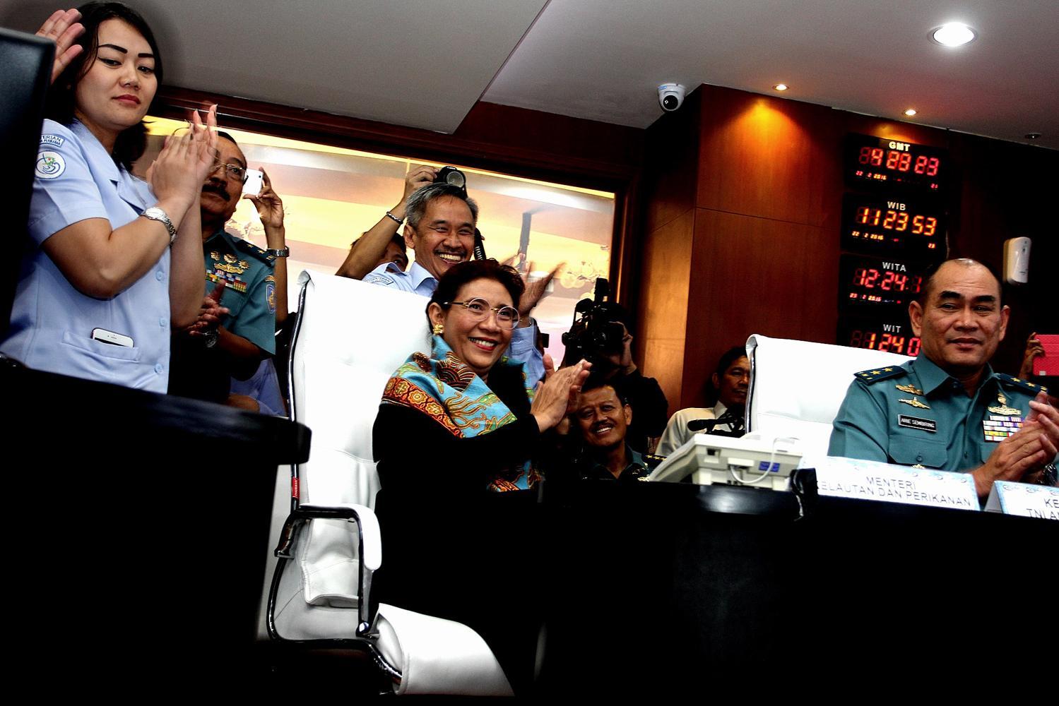 Menteri Kelautan dan Perikanan, Susi Pudjiastuti, bertepuk tangan setelah melihat proses penenggelaman secara langsung melalui video live streaming, penenggelaman dilakukan sebanyak 31 kapal IUUF (20/02).