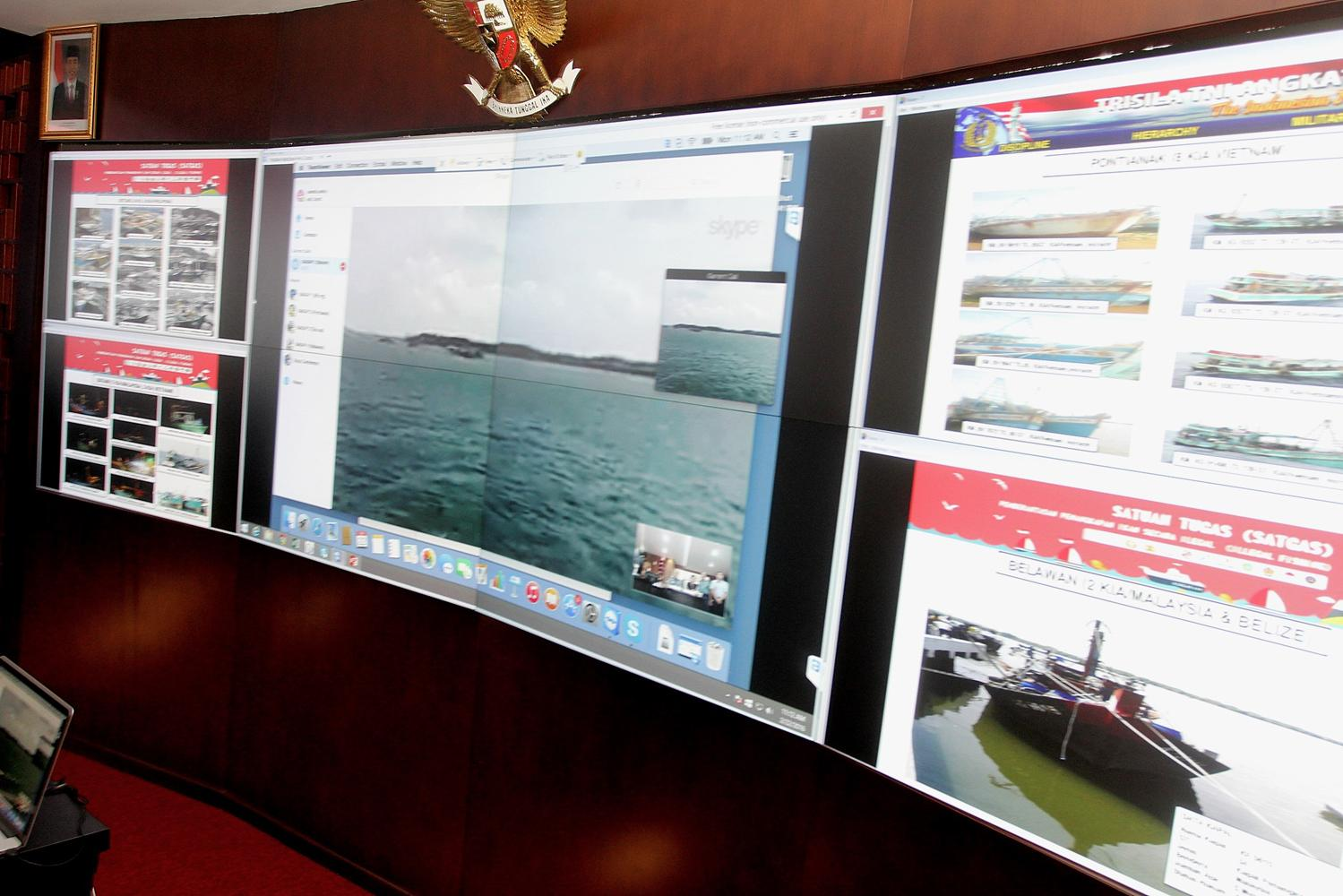 Tampak dilayar, kapal-kapal yang akan ditenggelamkan oleh Menteri Kelautan dan Perikanan, Susi Pudjiastuti, dengan memimpin secara langsung melalui video live streaming, penenggelaman 31 kapal IUUF di lima titik daerah berbeda, Senin, (22/02).