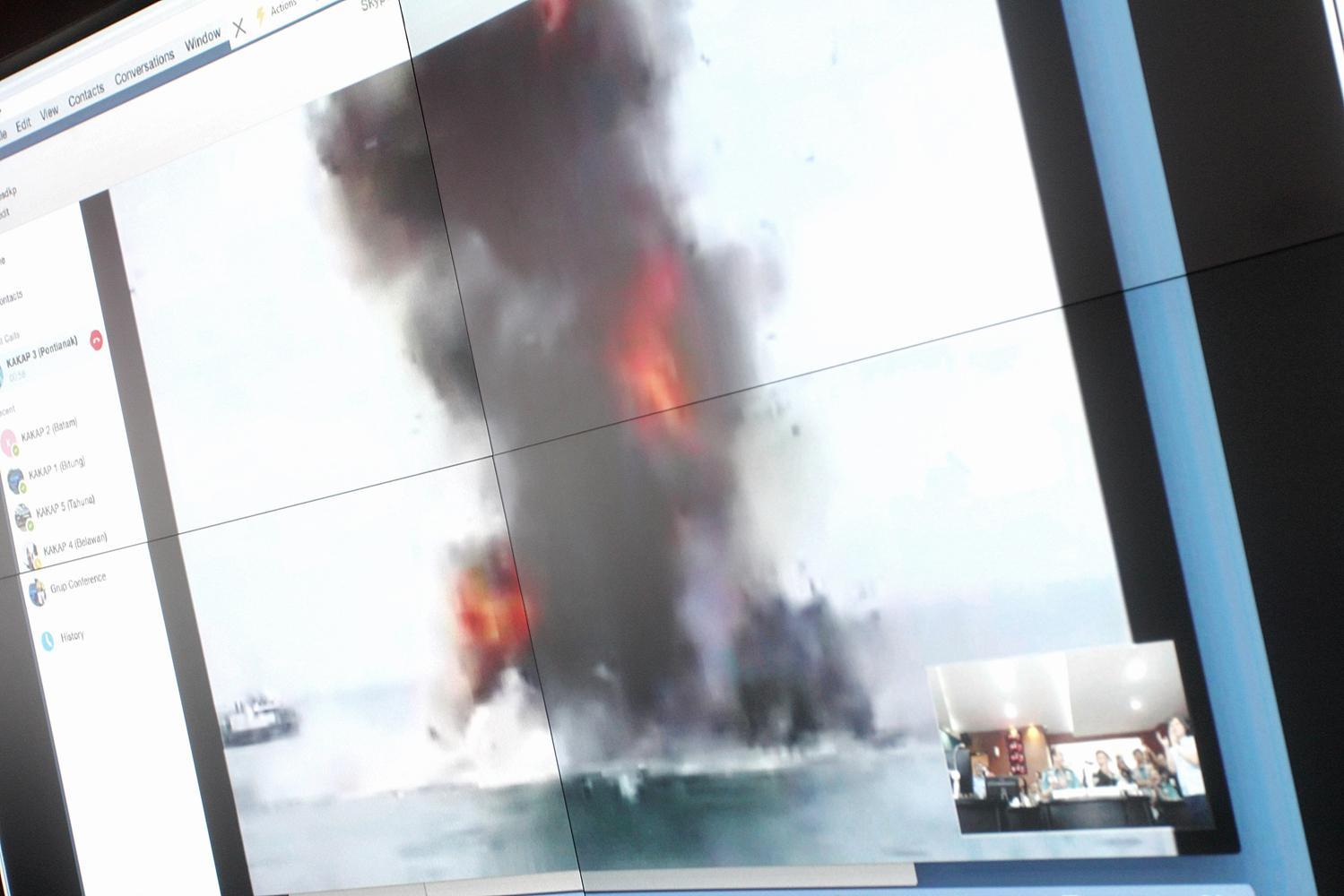 Ledakan TNT, menghancurkan kapal ikan ilegal yang dipimpin langsung oleh Menteri Kelautan dan Perikanan, Susi Pudjiastuti melalui video live streaming, Senin, (22/02).