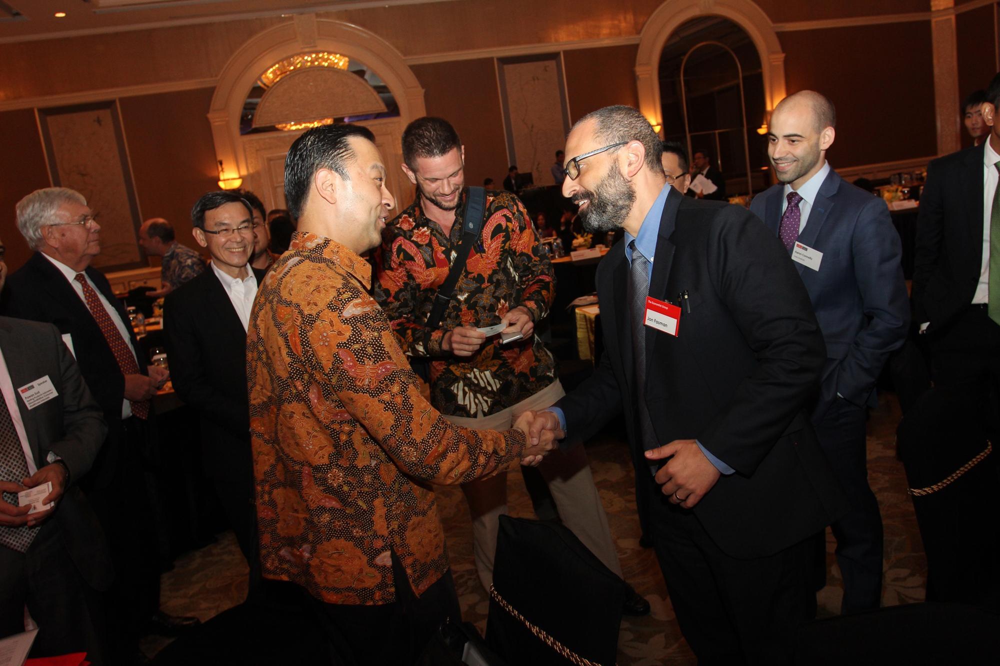 Menteri Perdagangan, Tom Lembong dan Jon Fasman, South -East Asia bureau, Asia -Pacific, The Economist, Jon Fasman, seusai acara diskusi pada acara Indonesia Summit 2016 di Jakarta, Kamis, (24/02).