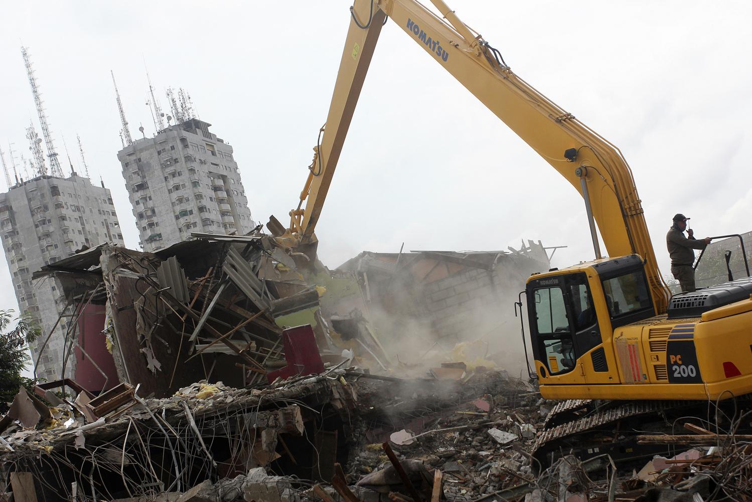Petugas Satpol PP melakukan pembongkaran bangunan dengan menggunakan alat berat di kawasan Kalijodo, Jakarta, Senin (29/2). Pemprov DKI Jakarta membongkar ratusan bangunan di kawasan tersebut untuk dijadikan Ruang Terbuka Hijau (RTH).
