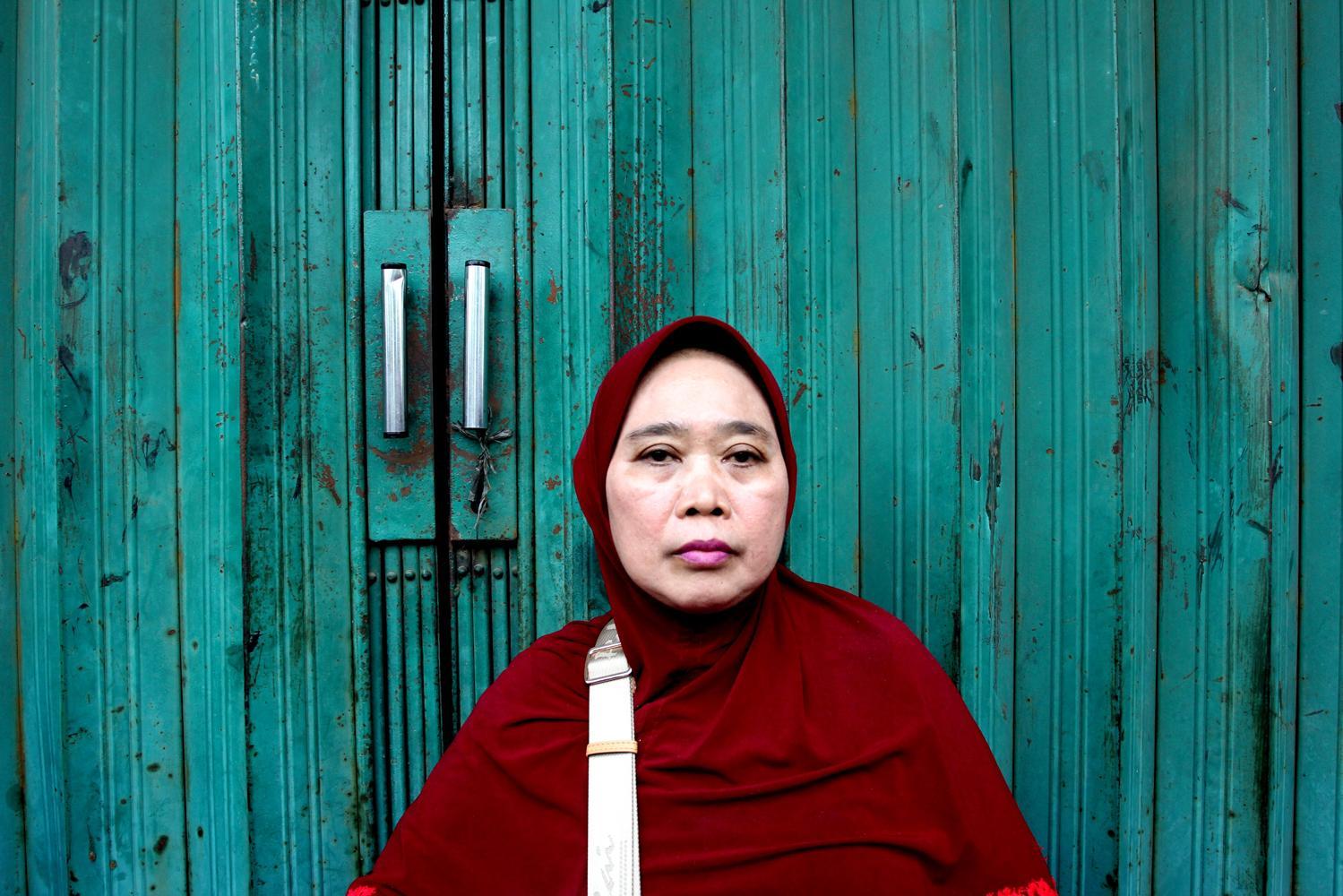 Wati (55) salah seorang warga yang bangunanannya terkena penataan ruang di kawasan Kalijodo, Jakarta, Senin (29/2). Wati telah menempati kawasan Kalijodo sejak tahun 1976 dan hidup dengan berdagang dikawasan tersebut.