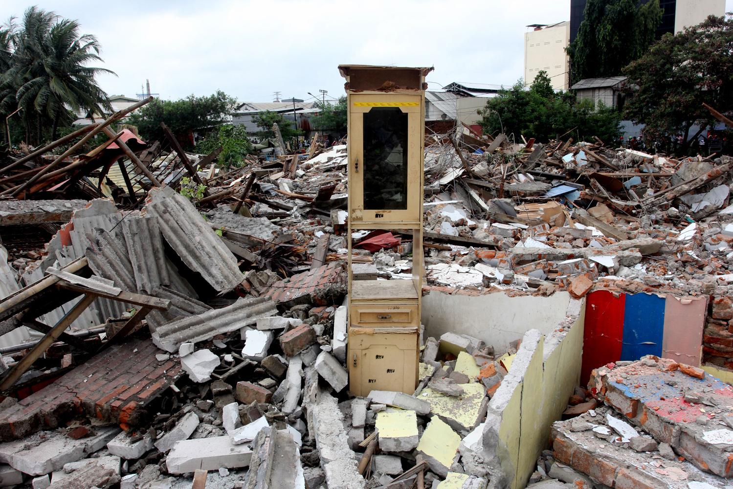Sisa-sisa barang milik warga di kawasan Kalijodo, saat penataan bangunan , Jakarta, Senin (29/2). Pemprov DKI Jakarta membongkar ratusan bangunan di kawasan tersebut untuk dijadikan Ruang Terbuka Hijau (RTH).