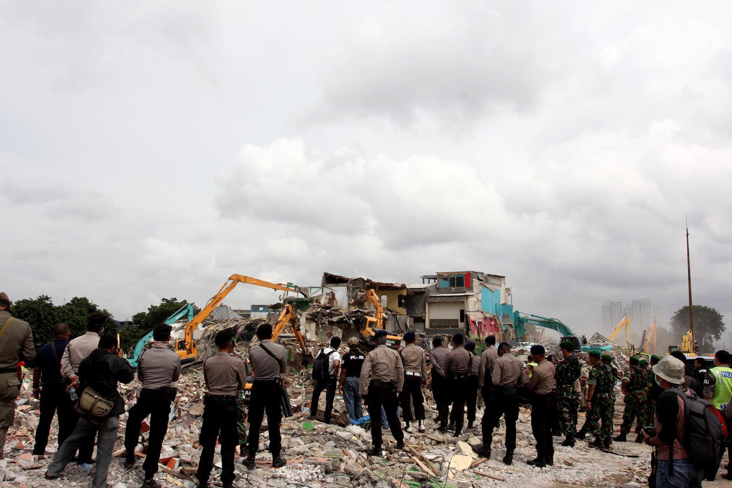 Suasana pembongkaran bangunan dengan menggunakan alat berat di kawasan Kalijodo, Jakarta, Senin (29/2). Pemprov DKI Jakarta membongkar ratusan bangunan di kawasan tersebut untuk dijadikan Ruang Terbuka Hijau (RTH).