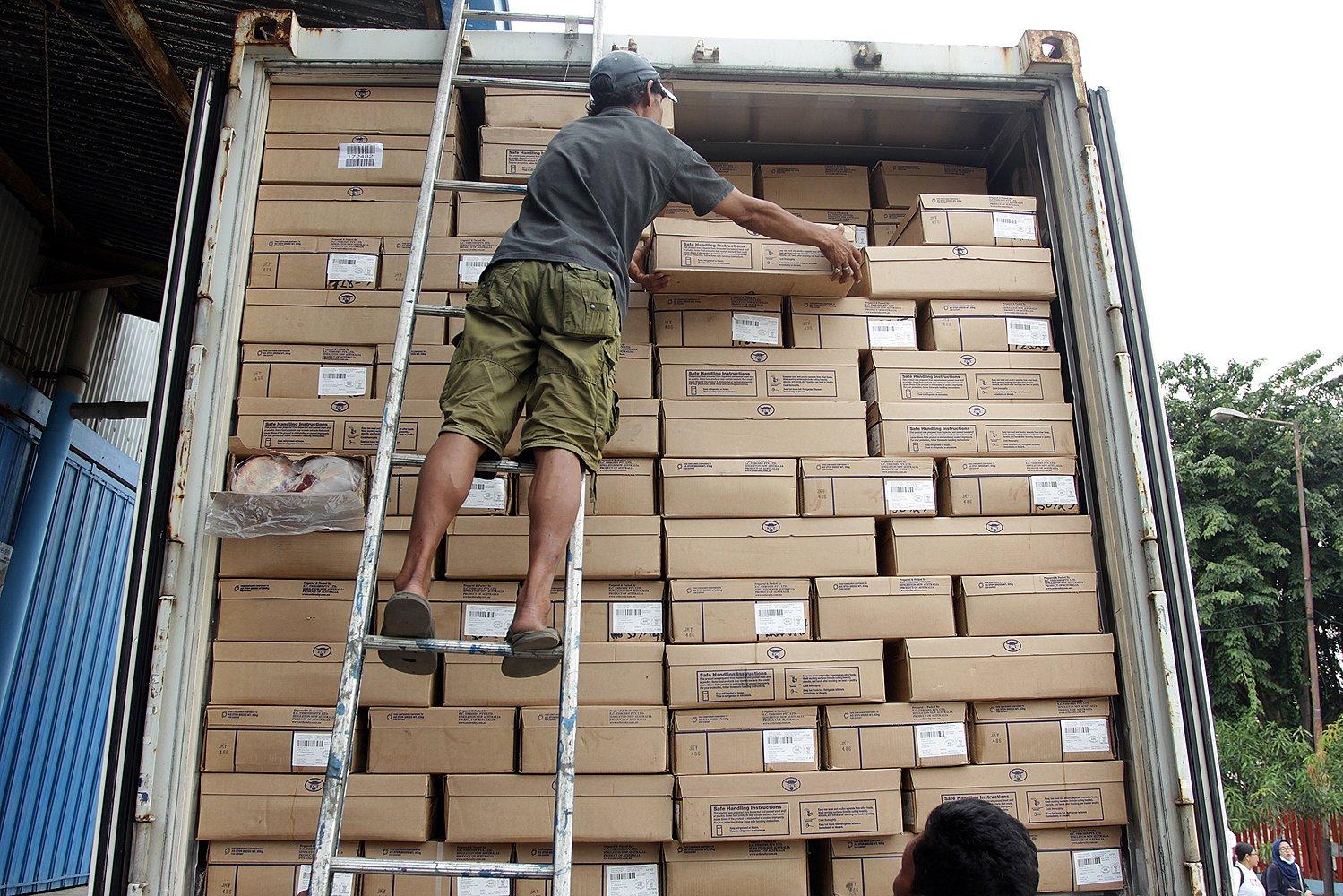 Sebanyak 300 ton daging beku sapi impor asal Australia dibawa menggunakan 10 kontainer dari Pelabuhan Tanjung Priok ke gudang Bulog di Kelapa Gading, Jakarta Utara, Kamis (9/6).