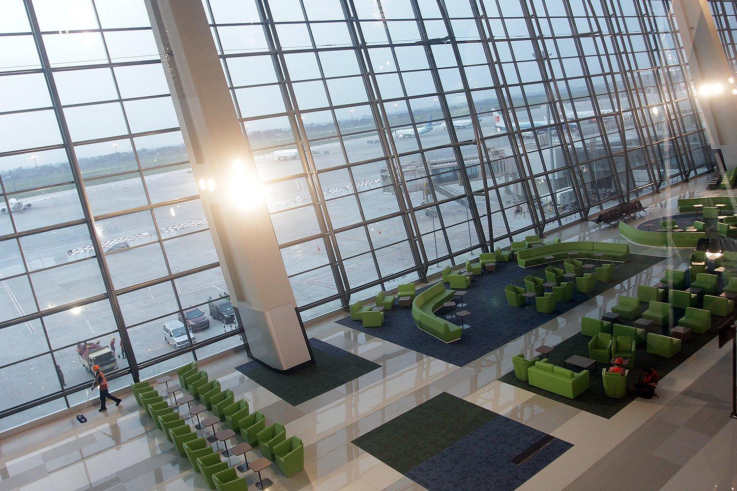 Terminal yang memiliki 28 gate, terdiri atas 10 gate internasional dan 18 gate domestik ini, diklaim menyaingi Bandara Internasional Changi di Singapura.