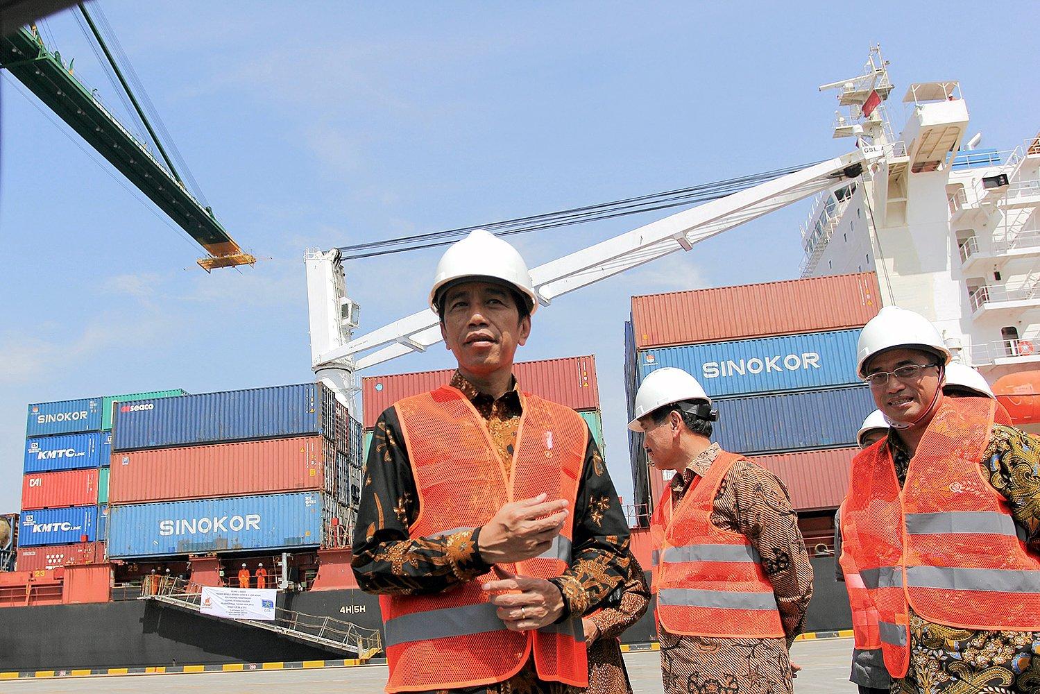 Presiden Joko Widodo didampingi Menko Maritim Luhut Binsar Panjaitan dan Dirut Pelindo II Elvyn G. Masassya meninjau pengoperasioan Terminal Petikemas Kalibaru Pelabuhan Utama Tanjung Priok di Jakarta, Selasa (13/9).