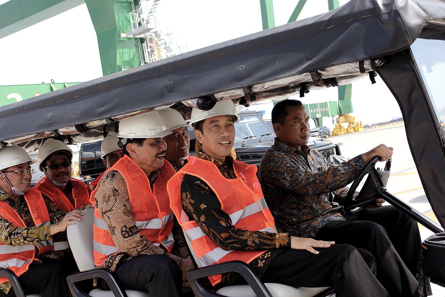 Presiden Joko Widodo meninjau New Priok Container Terminal (NPCT) 1, Pelabuhan Tanjung Priok, Jakarta, Selasa (13/9). Terminal diproyeksikan dapat melayani kapal petikemas berkapasitas I3 ribu hingga 15 ribu TEUs dengan bobot di atas 150 ribu DWT.