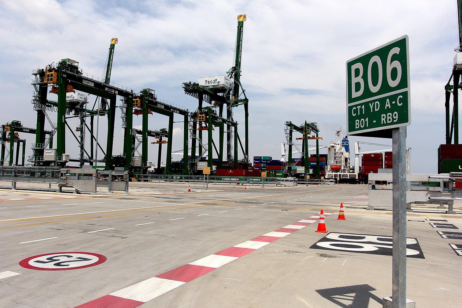 Terminal Petikemas Kalibaru berada di lahan seluas 32 hektare dan kapasitas penampungan kontainer sebesar 1,5 juta TEUs per tahun. Dengan total panjang dermaga 850 meter pada akhir 2016, terminal baru ini diproyeksikan dapat melayani kapal petikemas dengan kapasitas I3 ribu - 15 ribu TEUs dengan bobot di atas 150 ribu DWT.