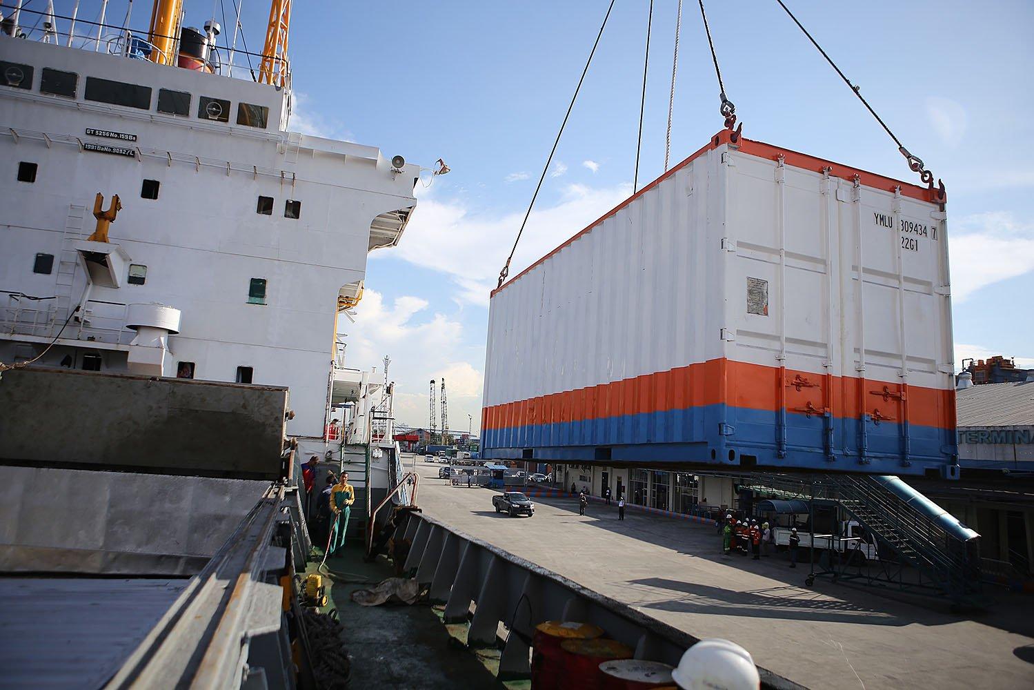 Selain bertujuan menekan ketimpangan harga kebutuhan pokok di Natuna, kapal tol laut ini merupakan solusi kapal logistik menghadapi ancaman gelombang laut yang tinggi.