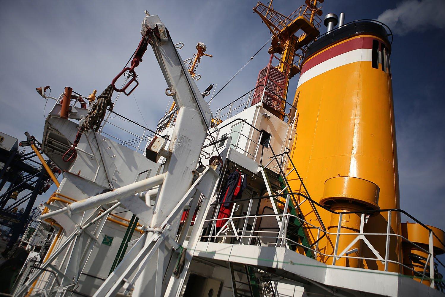 Kapal dengan bobot 3.000 DWT ini dapat mengangkut berbagai bahan kebutuhan pokok dan alat berat untuk bongkar muat barang, forklift serta alat bantu lainnya.