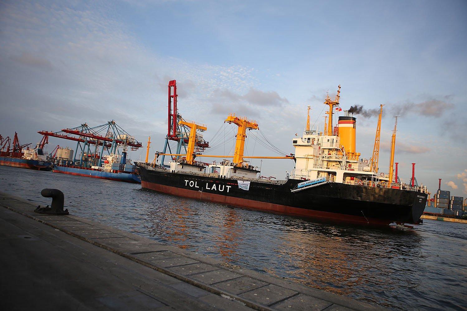 Kapal tol laut ini merupakan Kapal Caraka Jaya Niaga III-4 milik PT Pelni, yang melayani jalur Jakarta-Kepulauan Natuna dan beroperasi secara berjadwal.