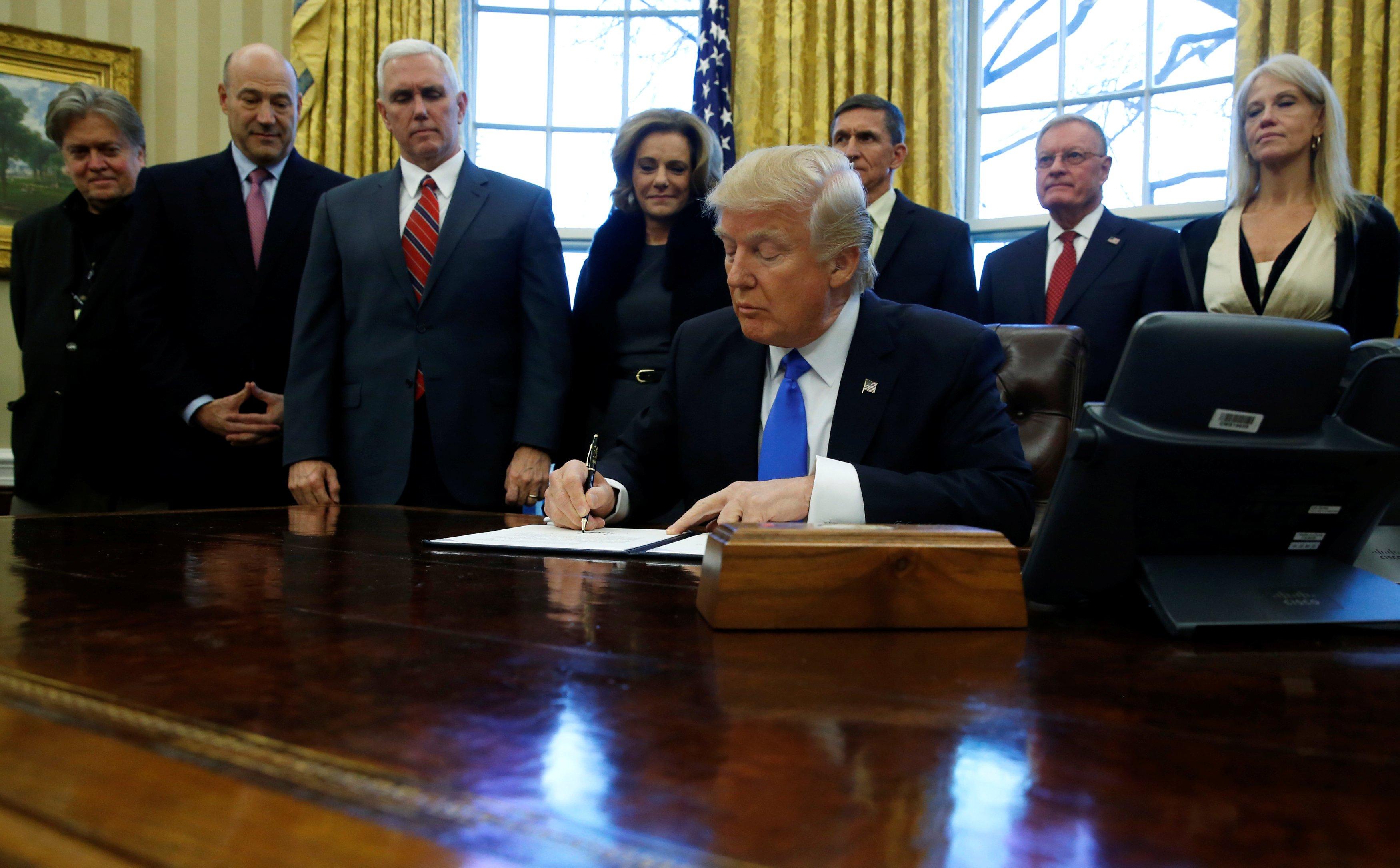 Trump menetapkan larangan masuk ke AS selama 120 hari bagi pencari suaka dan larangan masuk selama 90 hari terhadap warga negara Irak, Libia, Somalia, Sudan, Suriah, dan Yaman.