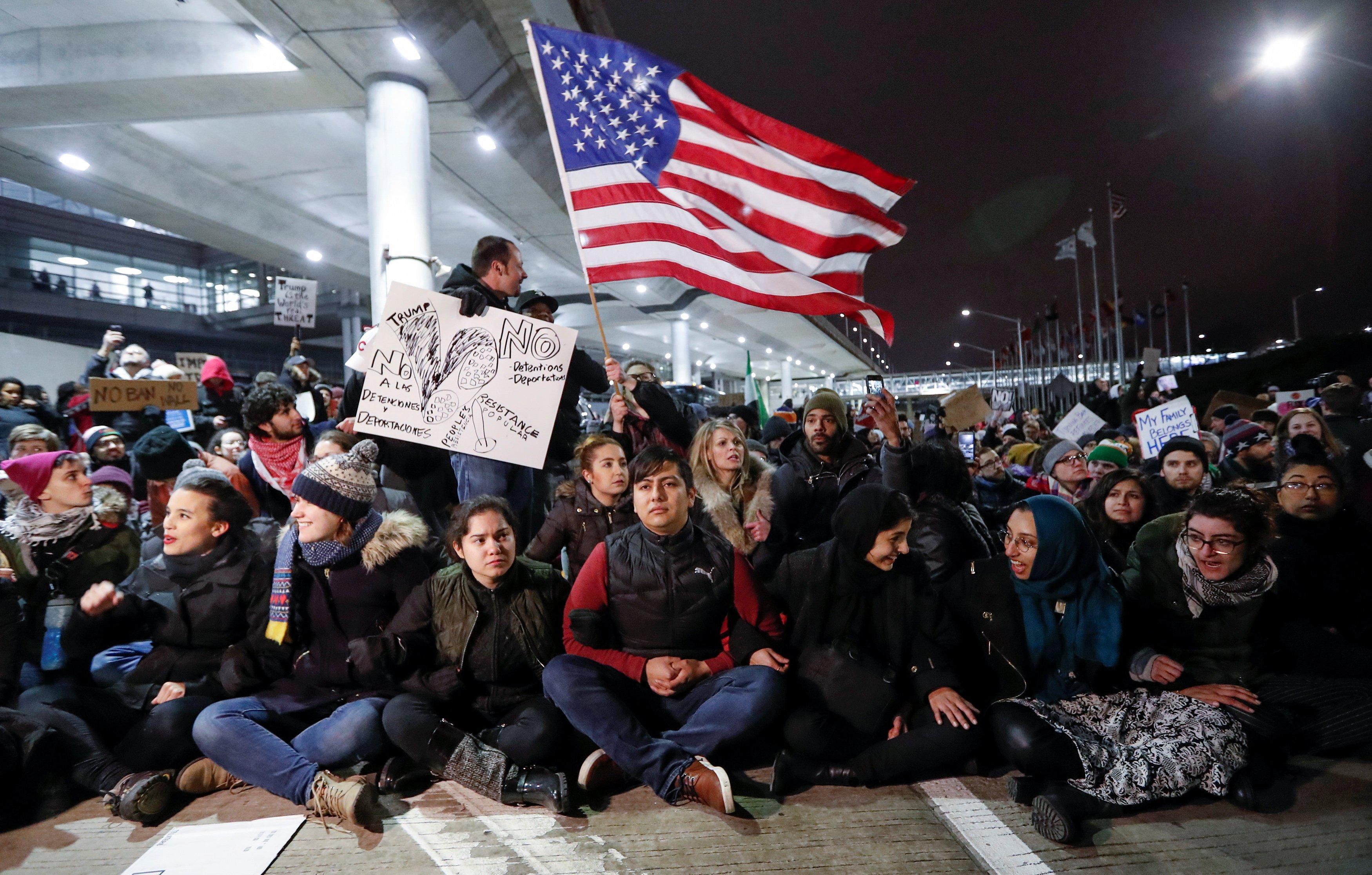 Warga berkumpul memprotes larangan perjalanan yang dikenakan oleh perintah eksekutif Presiden Amerika Serikat Donald Trump di bandara O'Hare di Chicago, Illinois, Amerika Serikat, Sabtu (28/1)