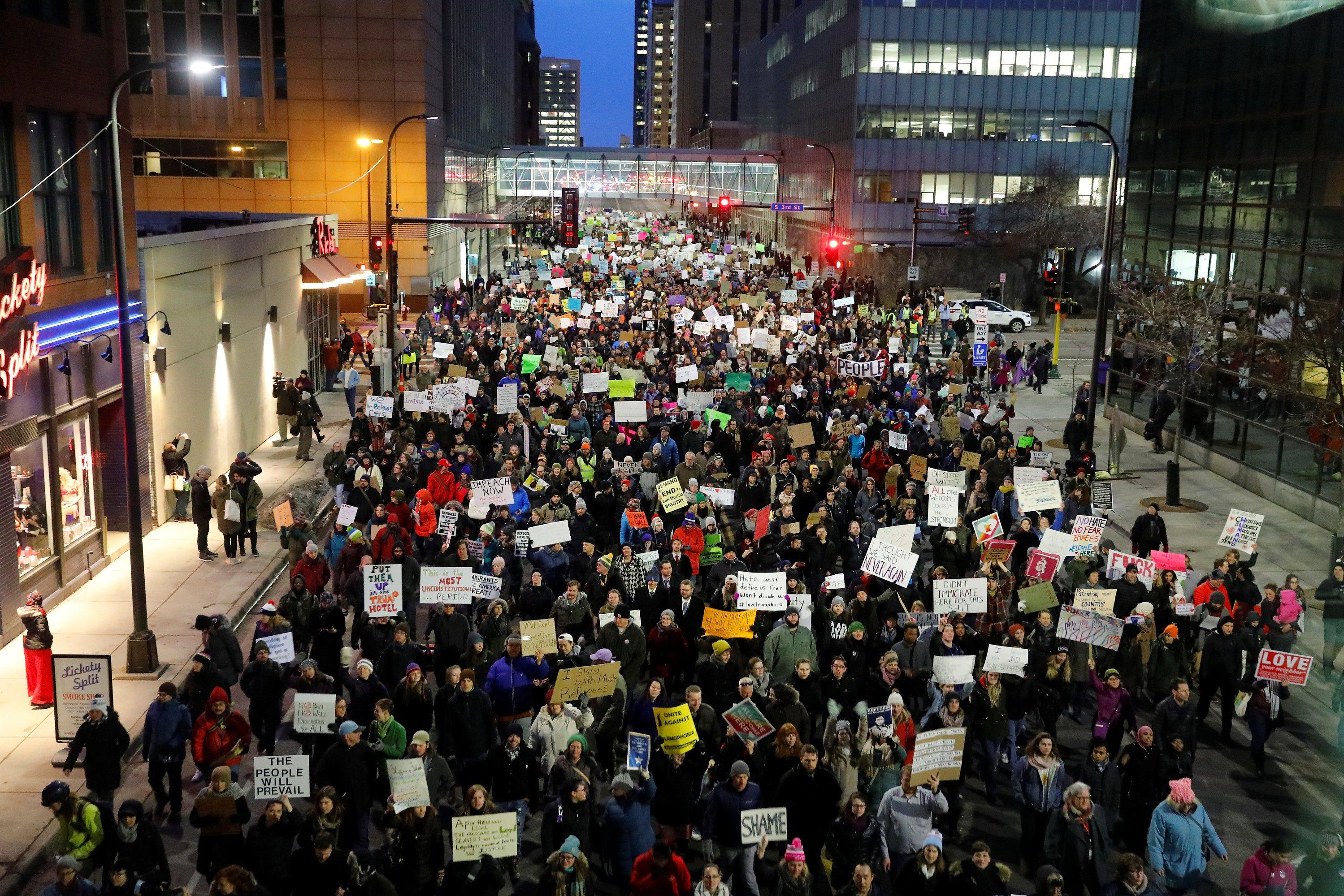 Warga berkumpul di luar Gedung Federal memprotes perintah eksekutif Presiden Amerika Serikat Donald Trump tentang larangan perjalanan di Minneapolis, Minnesota, Amerika Serikat, Selasa (31/1)