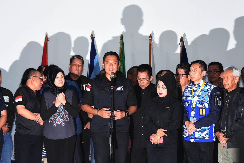 Calon Gubernur DKI Jakarta Agus Harimurti Yudhoyono (tengah) didampingi Calon Wakil Gubernur Slyviana Murni (ketiga kanan) dan Anggota Tim Pemenangannya memberikan keterangan pers di Posko Tim Pemenangan Agus-Slyvi, Jakarta, Rabu (15/2). Pasangan Agus-Slyvi mengakui kekalahannya dalam PIlkada DKI Jakarta serta mengucapkan selamat kepada pasangan Ahok-Djarot dan Anies-Sandi.