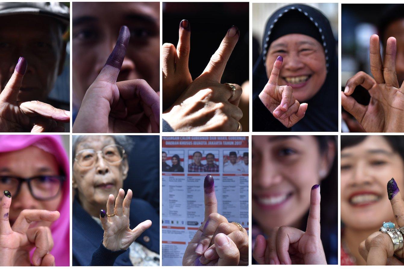 Foto kombo warga menunjukkan jari usai menggunakan hak pilih pada pilkada DKI Jakarta di Jakarta, Rabu (15/2). Pilkada serentak dilaksanakan di 101 daerah termasuk DKI Jakarta.