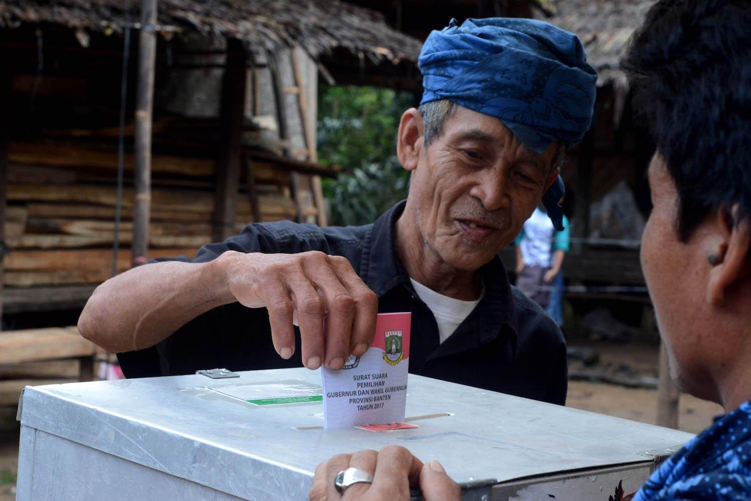 Warga Baduy Luar memasukkan kertas surat suara Pilkada Gubernur/Wagub Banten 2017 di di Tempat Pemungutan Suara (TPS) Desa Kanekes, Kecamatan Leuwidamar, Kabupaten Lebak, Banten, Rabu (15/2). Sebanyak 7.188 Daftar Pemilih Tetap (DPT) yang terdiri dari 3.698 pria dan 3.490 wanita suku Baduy menggunakan hak pilih mereka pada Pilkada Gubernur/Wagub Banten 2017.