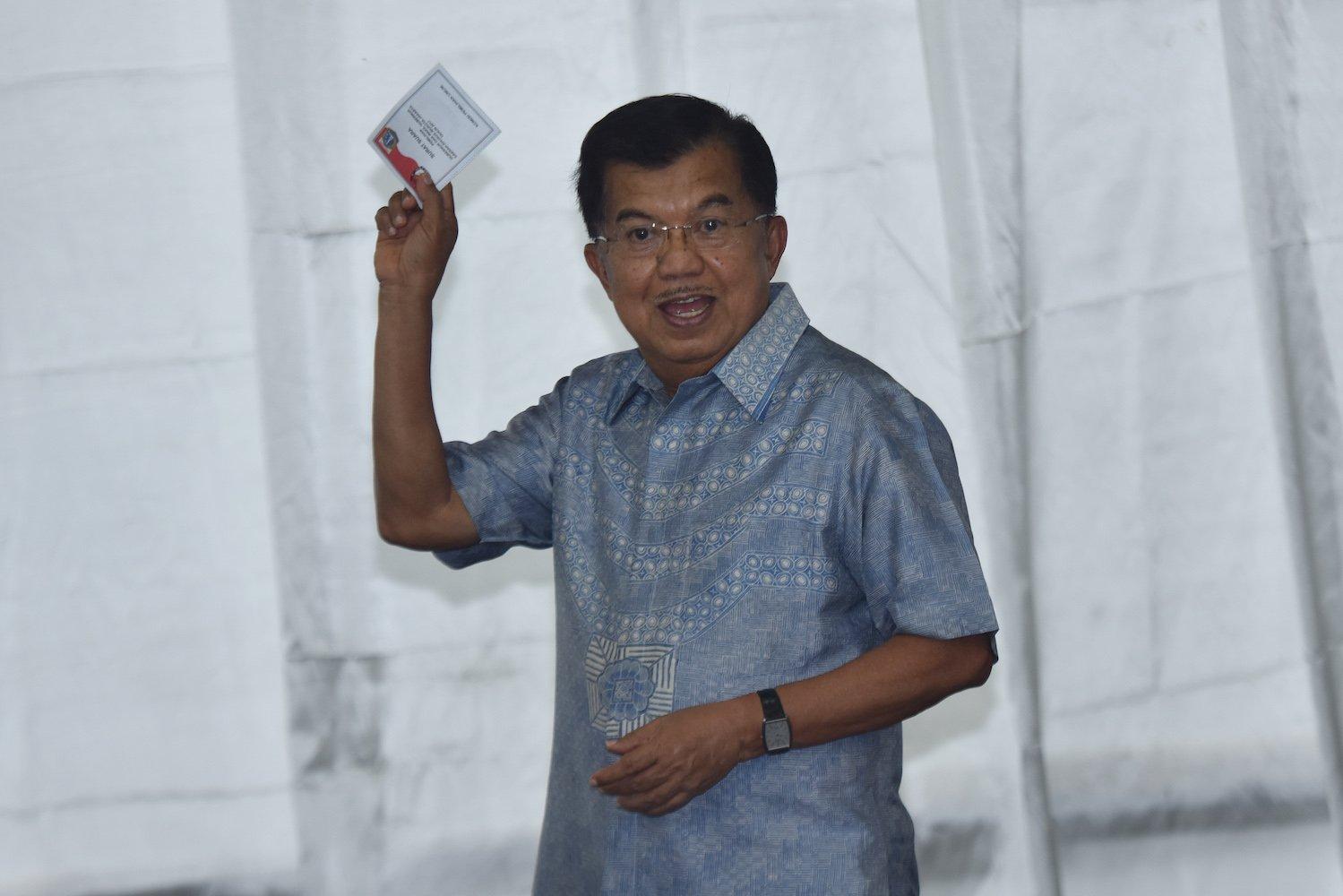 Wakil Presiden Jusuf Kalla menunjukkan surat suara ketika memberikan hak suara pada aPilkada DKI Jakarta di TPS 3 Pulo, Kebayoran Baru, Jakarta, Rabu (15/2). Pilkada serentak dilaksanakan di 101 daerah termasuk DKI Jakarta.
