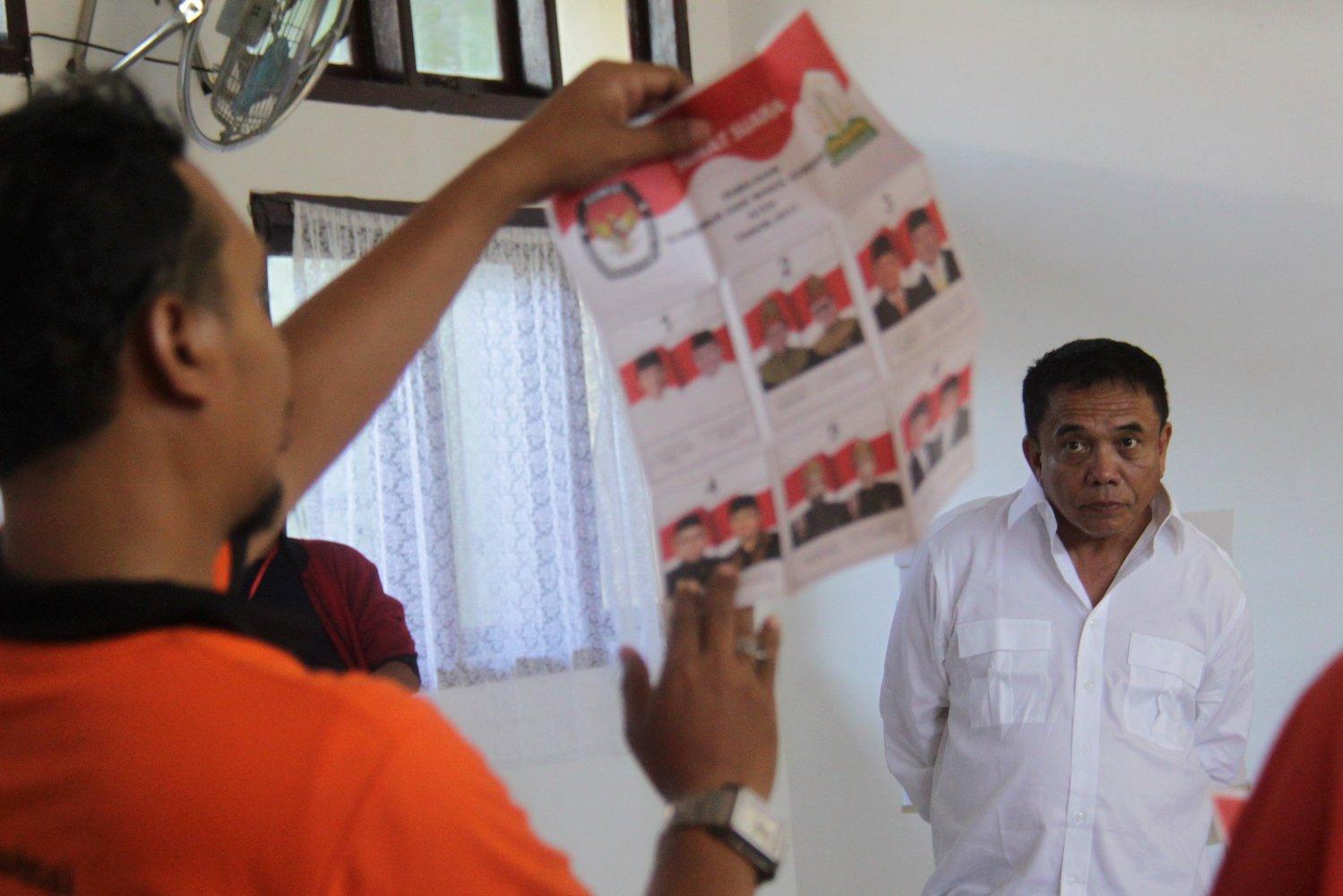 Calon Gubernur Aceh, Irwandi Yusuf (kanan) menyaksikan penghitungan perolehan surat suara hasil pilkada di TPS 2 dan TPS 3 kelurahan Lamprit, Banda Aceh, Kamis (15/2). Hasil penghitungan suara pilkada Aceh serentak di TPS 3, Cagub Aceh Irwandi Yusuf menang mutlak sedangkan di TPS 2 kalah tipis dari cagub nomor urut i Tarmizi Karim.