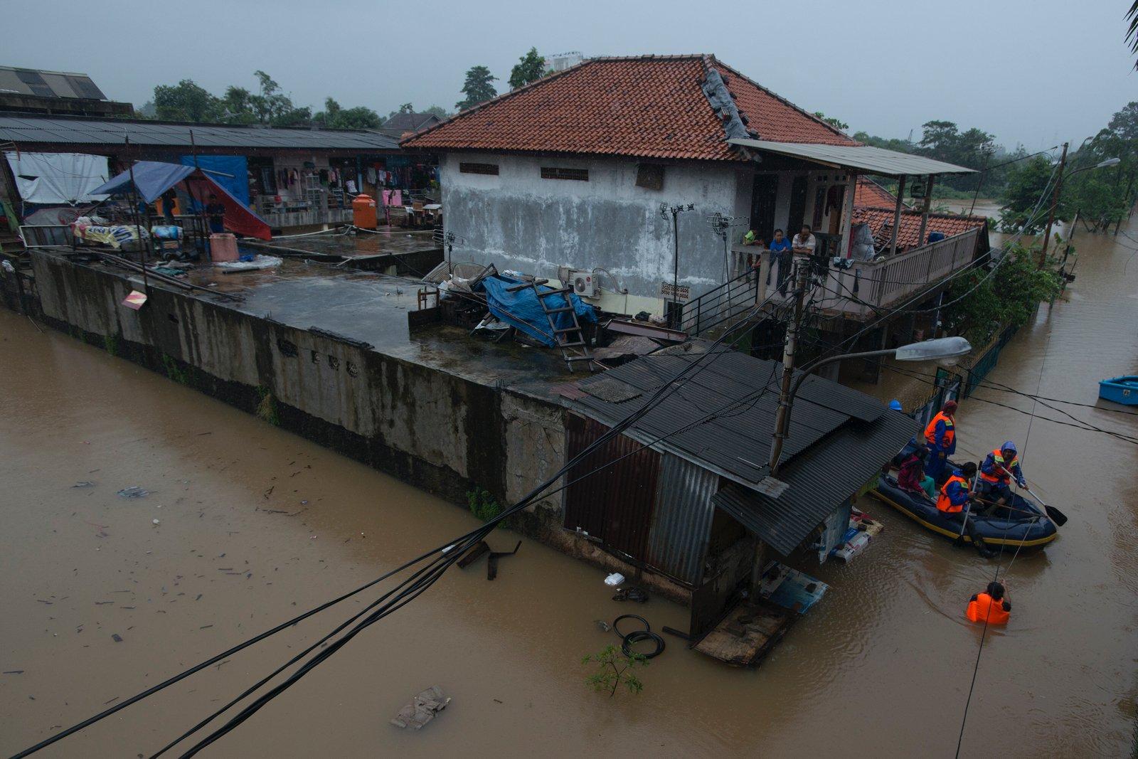 Suasana banjir di Kelurahan Cipinang Melayu, Kecamatan Makassar, Jakarta, Senin (20/2).