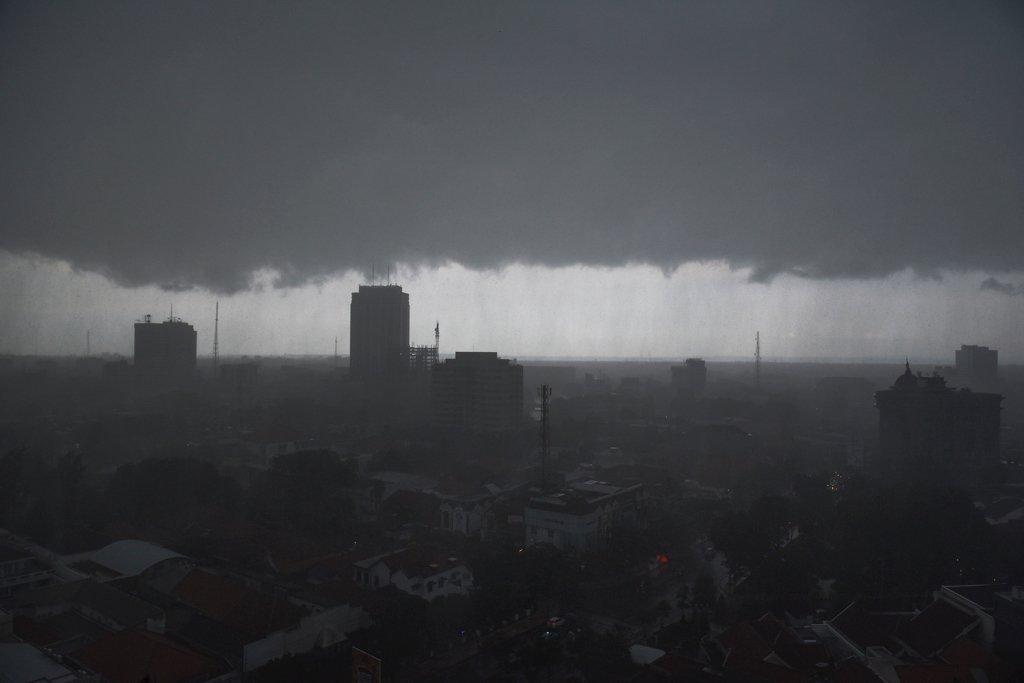 Awan tebal menggelayut di langit Surabaya, Jawa Timur, Jumat (3/2). Hujan dengan intensitas tinggi diperkirakan BMKG akan mengguyur wilayah Jawa Timur hingga Maret 2017 dan warga Jawa Timur diminta waspada adanya banjir dan dampak cuaca ekstrem lainnya.