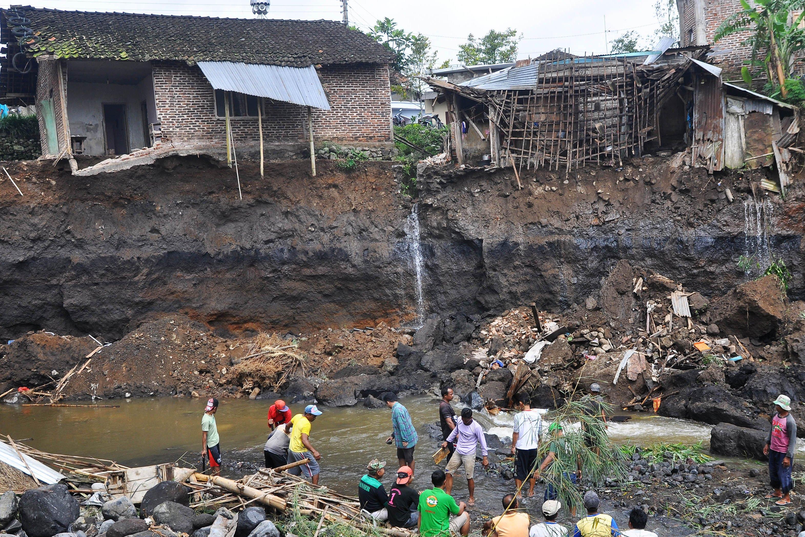 Hujan deras sepanjang hari Minggu (19/2) mengakibatkan sungai Brangkongan di Desa Ringinanom, Parakan, Temanggung, Jawa Tengah, meluap menyebabkan sedikitnya enam rumah di bibir sungai roboh dan 25 ekor kambing hanyut.