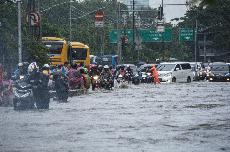 Sejumlah kendaraan menerobos banjir di Jalan Gunung Sahari Raya, Jakarta, Selasa (21/2). Badan Nasional Penanggulangan Bencana (BNPB) menyebutkan bahwa ada 54 titik banjir yang tersebar di wilayah Jakarta dengan ketinggian bervariasi.